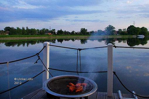 Grillen auf dem Hausboot auf der Havel