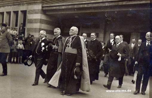 Bischof Poggenburg empfängt am Bahnhof den  Apostolischen Nuntius Orsenigo
