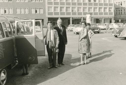 Abfahrt mit einem Sambabus -  Parkplatz Alter Steinweg - heute Stadtbücherei