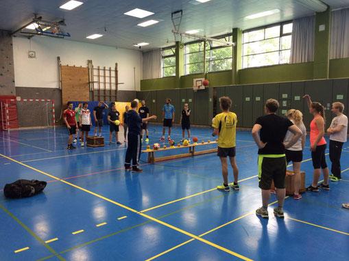 Ballschule-Trainer Leif Otten erklärt den Hildesheimer Studenten, welche Spielformen es in den Kursen der Ballschule gibt