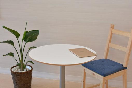 茶色の封筒。ユリやバラのブーケ。伝えたいメッセージ。