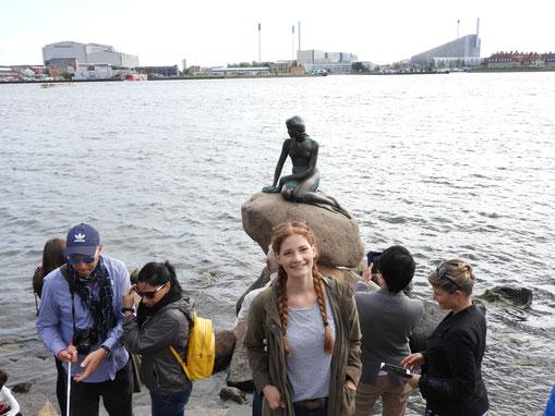 Jule vor dem Wahrzeichen Kopenhagens: die kleine Meerjungfrau