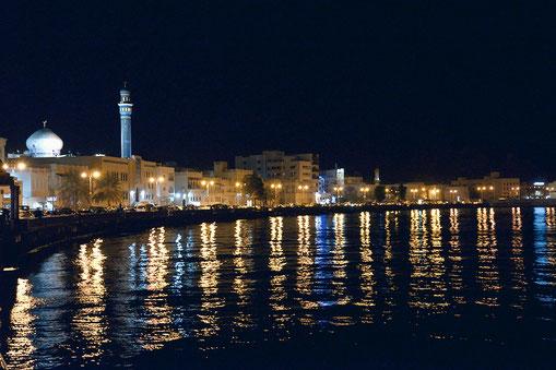 Maskat mit Sultan-Qabus-Moschee bei Nacht