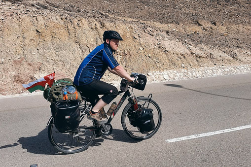 Touring Oman by bike on the road in the desert