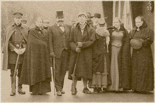 Photo d'une Murder Party de l'Epoque Victorienne. L'expression Gaslight, correspondant à l'éclairage public au bec de gaz, est devenue synonyme de la période. On emploie également l'expression « Ère de la vapeur ».