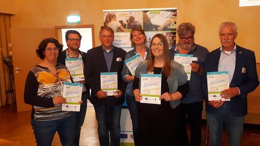 Eske Kadijk (EDR), Michiel Malewicz (EDR), Gerald Sap (burgemeester Bunde), Floor Haanstra (Nuffic), Lea Timmer (EDR), Hellmuth van Berlo (Nederlandse Taalunie) en Peter Geerdink (EDR) met de Navigator Vroege Buurtaal!