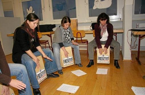 Im Zuge der Lions-Freizeitwerkstatt fand der erste Teil eines Cajon-Workshops für Lehrer und KiFaz-Mitarbeiter an der Schwenninger Gartenschule statt.     Foto: Pleithner