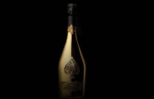 Coup de maître de Jay-Z, le Ace of Spade, vendu à 300 dollars pièce, serait à l'origine une petite bouteille à 60 dollars.   © Armand de Brignac