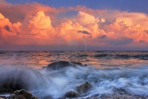 amanecer  en el oceano durante tormenta