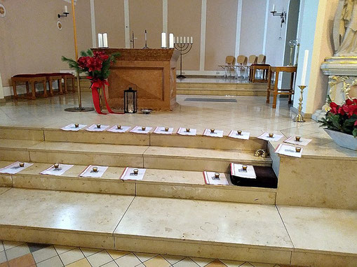 Foto mit 17 Schnellheftern auf den Stufen zum Altar in St. Josef