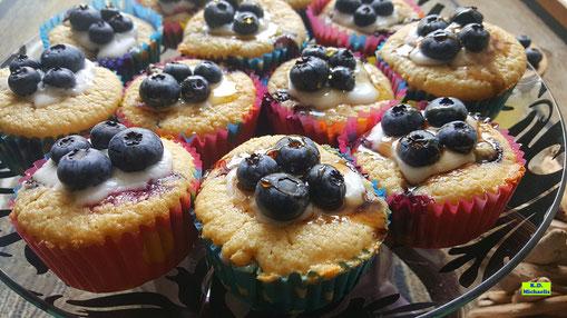 Nahaufnahme der selbstgebackenen Blaubeer-Cupcakes / Heidelbeer-Cupcakes nach einem Rezept aus Dinkel-Dreams 3 von K.D. Michaelis