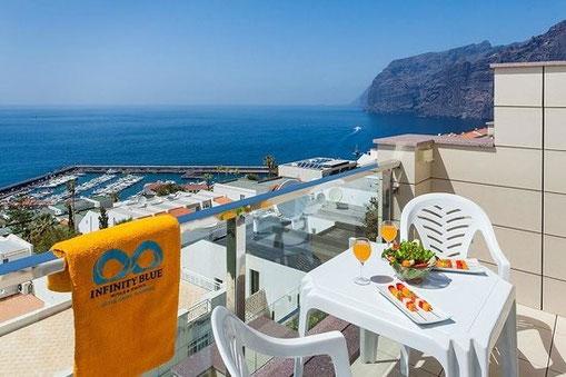 Blick auf das Meer und den Hafen von Los Gigantes vom Balkon.