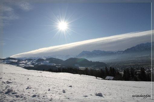 Ganz spontan und dank der Webcam www.snowparkeriz.ch entschlossen wir uns am 3.1.2010, nochmals einen Ausflug ins Eriz zu machen - der Sonne entgegen, während die Berge durch ein Wolkenband bedeckt wurden. Unten rechts im Tal liegt Steffisburg.