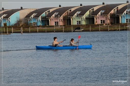 Mama hofft vom Ufer aus, dass die beiden nicht kentern - bei 8°C Wassertemperatur...