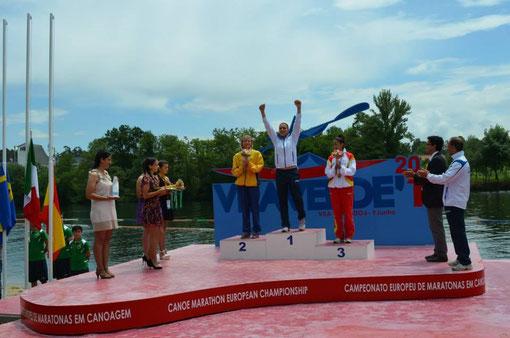 Raquel Carbajo en el podio con la medalla de bronce