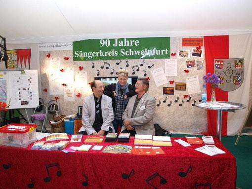 Steffi List am Sängerkreis-Stand mit dem Vorstand der Sängergruppe Bad Kissingen - 041012