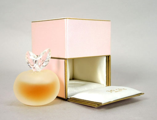 1) FILLE D'EVE - PARFUM : FLACON SORTI DE SON ECRIN EN SATIN ROSE