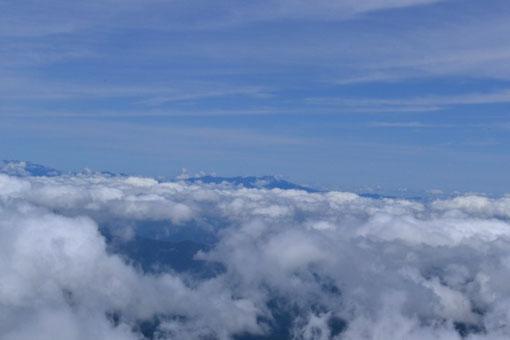 北アルプス・・・後立山方面は見えず、笠ヶ岳?から南は恵那山までこんな具合にトップだけが見えた