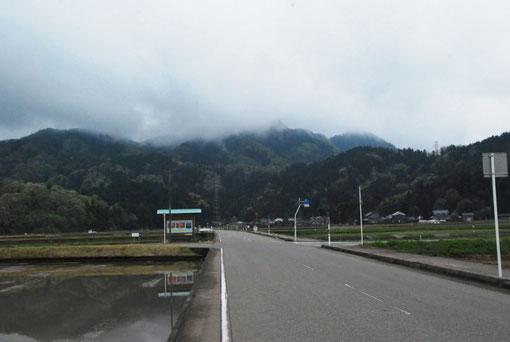 雨上がりの文殊山。登り出すとどんどんお天気回復。山頂では晴れ間も。