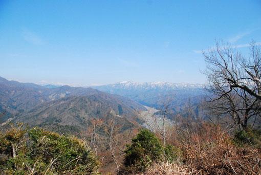 山頂から。高倉峠への道がよく見えています。その上が金草山、そして左の方に冠岳です