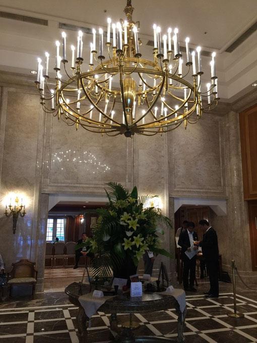 ニューグランドホテルのフロントも素敵なシャンデリアだ。
