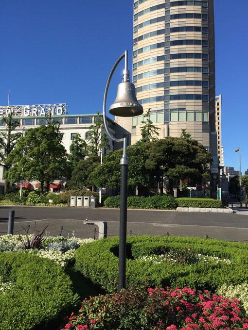 横浜の山下公園でみつけたベル型の照明。横浜の雰囲気を感じるデザインだ。
