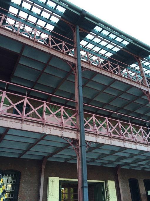 赤レンガ倉庫の細い装飾