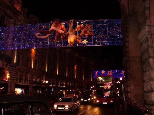 ロンドンの街並みも電飾でライトアップされる