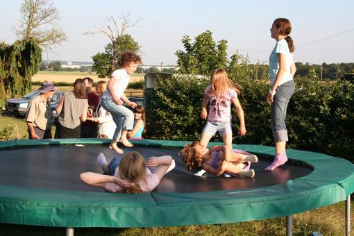 庭にあったトランポリンで遊ぶ子供達。トランポリンは本当に難しい。