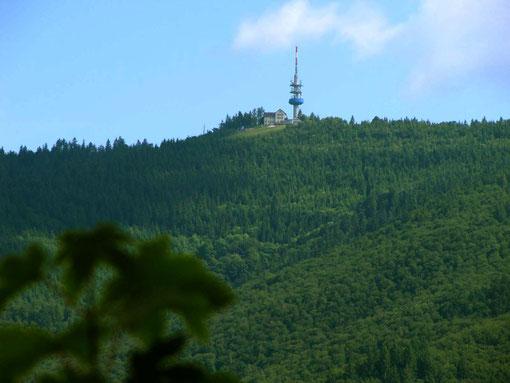 Blick zurück von der Ruine Sausenburg hoch hinauf zum Blauen mit unserem Hotel.