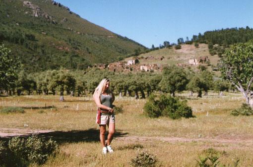 Merche en Cabaloria  ya muy deteriorada. Entre el olivar se ven restos de las hermosas higueras.