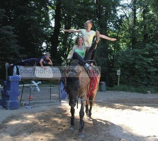 Voltigieren ist Bewegen, Reiten, Turnen auf dem Pferd