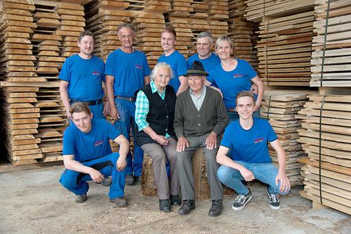 Familie Raith und das Team vom Sägewerk