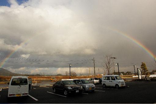 目の前の田んぼで、綺麗に虹がかかりました。