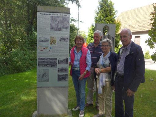 Die Kinder von Bernhard Hemmer vor den Gedenkstelen in der Erlenstraße in Erzingen. Von links: Anni, Gerhard, Ida und Ben Hemmer (Foto: Immo Opfermann).