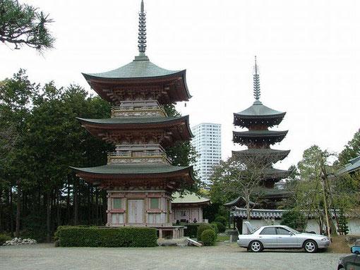 三重の塔と五重の塔(昭和五十三年建造と平成元年建造)