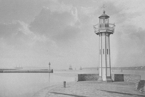 Port de commerce de Brest, jadis port Napoléon, en 1873, le phare du  musoir du quai de la santé est de  forme octogonale est différent de celui de Moguériec (Photo J. Duclos)