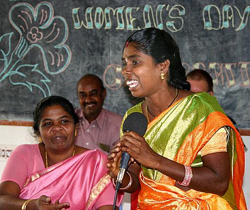 Die tüchtige Shanjiwi in einer Diskussion mit der Frauengruppe.  Sie arbeitet als erste Irular Frau als Sozialarbeiterin - natürlich für uns.