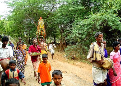 Die Göttin Kanniyammal wird von Haus zu Haus getragen