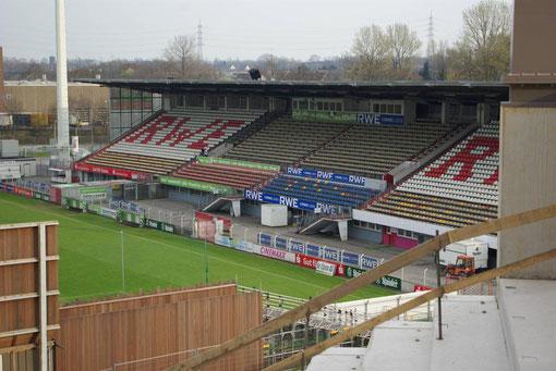 Blick von der neuen auf die alte Haupttribüne: zukünftige Essener Stadionkulturlandschaft?