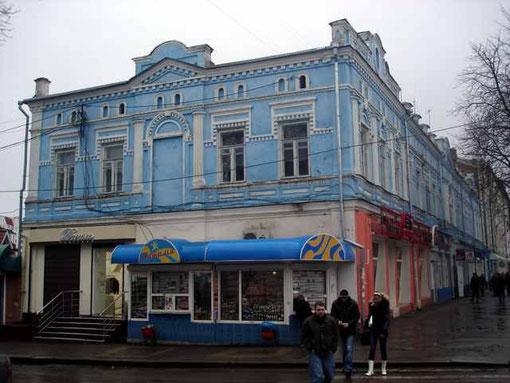 """Двухэтажное здание гостиницы Петроградской. Говорят, в 1906 году в ее """"нумере"""" даже задержали подпольщика-анархиста!"""