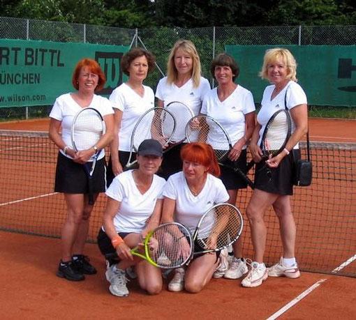 Auf dem Bild: hinten von links: Eva Maria Magnussen, Rotraut Paulic, Ingrid Hoecherl, Renate Müller, Mannschaftsführerin Ilse Heymann, vorne v. l. Nr.1 und Trainerin Alma Hinz, Helga Wagner, erfolgreichste Spielerin im Team.