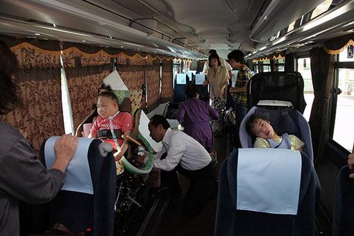 バスの車内 (後ろにはマットレスを敷くこともできます。)
