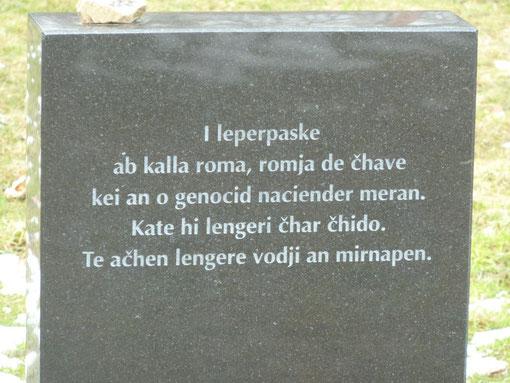 """Auschwitz, Gedenkstein auf Romani; """"In Erinnerung an die Männer, Frauen und Kinder, die dem Nazi-Völkermord zum Opfer fielen. Hier liegt ihre Asche. Mögen ihre Seelen in Frieden ruhen."""" Foto: Michaela"""