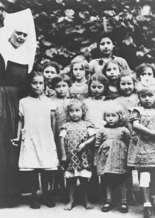 """Kinder des St. Josefspflege, links ist Angela W. geb. Reinhardt, vermutlich sind auch ein paar der """"Köhler-Mädchen"""" zu sehen, Foto: Dokumentations- und Kulturzentrum Deutscher Sinti und Roma"""