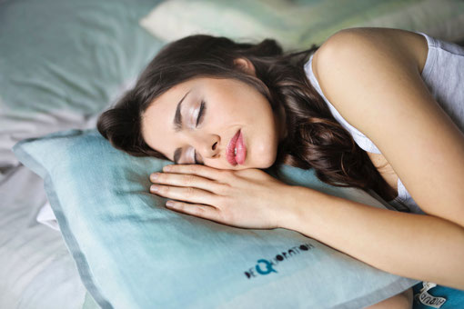 femme_qui_dort_sur_un_oreiller_dans_un_lit