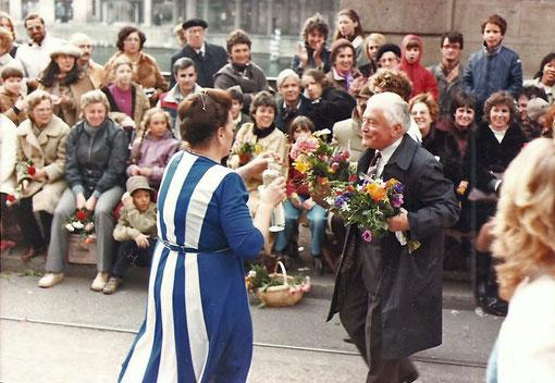 """Tante Klara gibt Bundesrat Chevallaz einen """"Klaren"""" am Sechseläuten"""