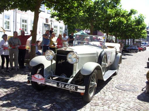 Und dann war er da: Der imposante Hispano Suiza H6, Baujahr 1921, mit der Startnummer 1 und der bekannten Rallyefahrerin Heidi Hetzer aus Berlin am Steuer mit Beifahrer Jan Hendrix aus Neuseeland.