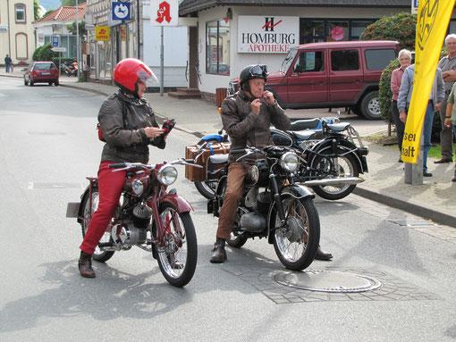 """Die ersten Motorradfahrer sind auch eingetroffen: Ute Mauritz auf NSU """"Fox"""" von 1953 und Ehemann Dieter auf DKW RT 175 Baujahr 1955"""