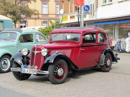 """Ein wunderschöner Oldtimer: Der Adler Trumpf Junior, Baujahr 1938 von Horst Albrecht von der """"Kleinen Göttinger Oldierunde"""". Das Fahrzeug ist nicht restauriert. Es hat 995 ccm und 25 PS. Es war das erste Serienauto, das eine Lenkradschaltung hatte."""